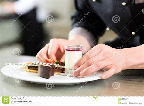 cuisine en chef chef comme patissier faisant cuire en dessert de