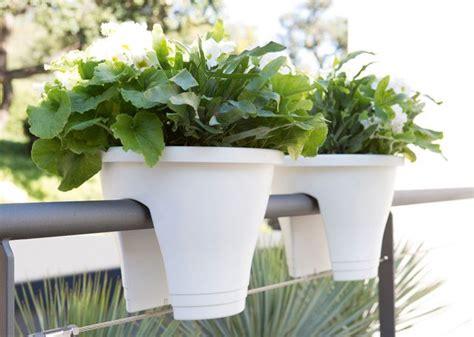 am 233 nager un balcon avec des plantes et une table c 244 t 233 maison