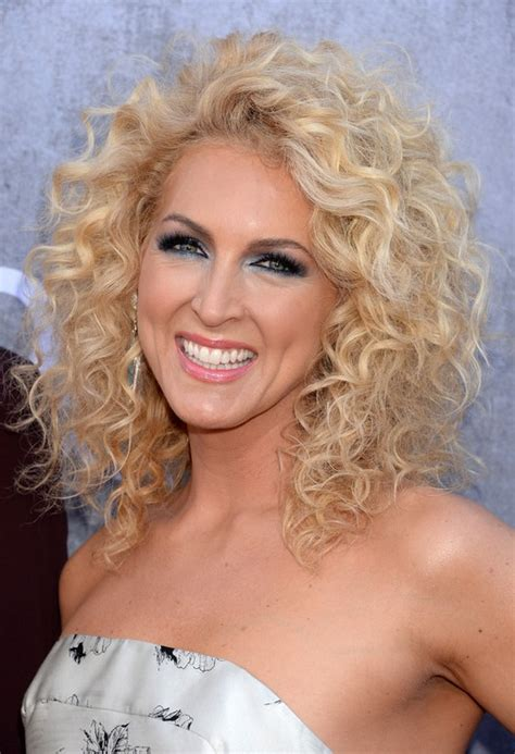kimberly schlapman shoulder length blonde curly hairstyle