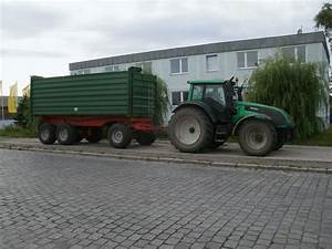 Traktor Mit Hänger : valtra traktor mit h nger am 09 august 2012 am stra enrand ~ Jslefanu.com Haus und Dekorationen