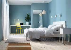wandfarben fã r schlafzimmer kleines schlafzimmer gemütlich gestalten mit weiße schlafzimmermöbel installation im blau