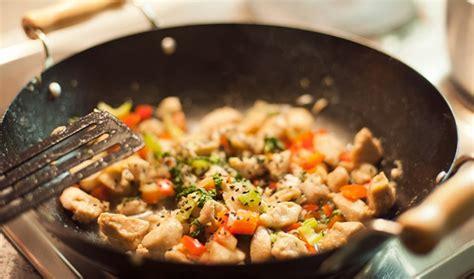 cuisiner avec un wok que cuisiner dans un wok