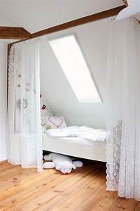 Möbel Dachschräge Ikea : bett unter der dachschr ge mit vorhang leicht abzutrennen ideen dachschr gen und dachboden ~ Michelbontemps.com Haus und Dekorationen