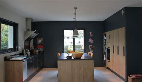 cuisine grise plan de travail noir cuisine contemporaine peinture mur gris foncé cuisine en chêne et plan de travail noir en