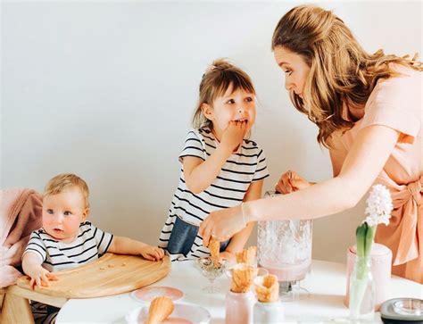 Bērns ēd ar prieku un veselīgi. Latviešu mamma, kas ...