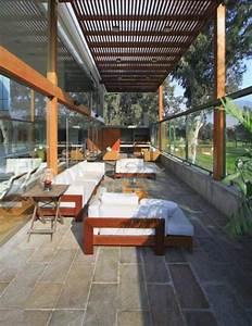 Sonnenschutz überdachte Terrasse : fliesen aus naturstein und berdachte terrasse eines modernen hauses pergolen pinterest ~ Sanjose-hotels-ca.com Haus und Dekorationen