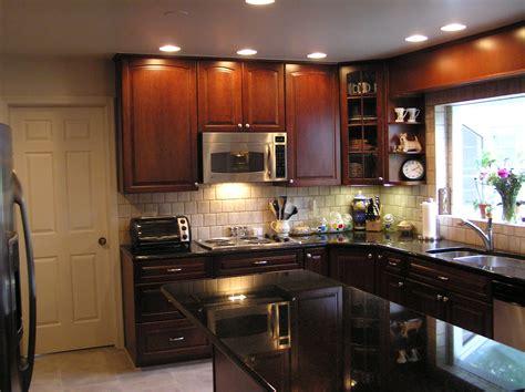 what to put on top of kitchen cabinets for decoration صورة مطبخ خشبي مع اضاءة جميلة المرسال 2288