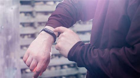is a smart bracelet that raises the alarm when you re