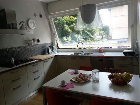 lavello sotto finestra cucina ad angolo con lavello sotto la grande finestra a