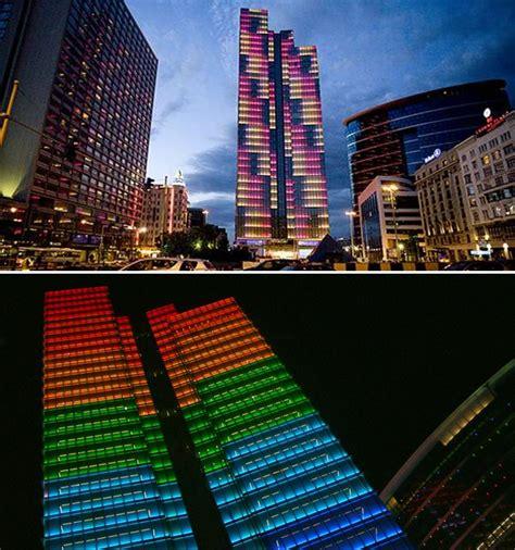 strano  gedung  berkilau  dunia  malam hari