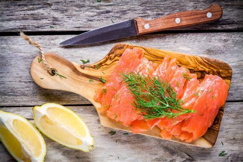 comment cuisiner le saumon frais toutes les recettes à base de saumon pour noël magazine
