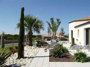jardin contemporain jardin mediterraneen une creation With jardin paysager avec piscine 15 amenagement autour de maison contemporaine creation de