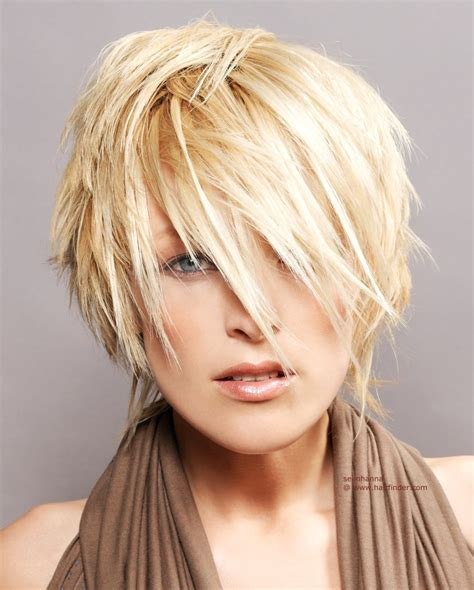 Short blonde hairstyle with textured hair that covers the ears