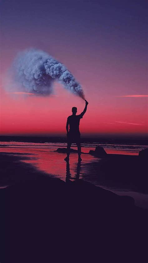 一个男子手拿烟雾弹的图片,非主流霸气手机壁纸