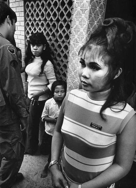 30 Amazing Black and White Photographs of Vietnamese Bar