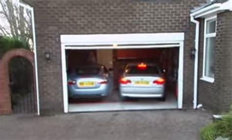 ¿cómo Meterías Dos Coches En Un Garaje Estrecho? Mira Cómo