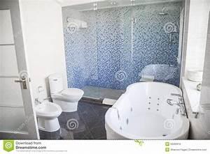 Toilette Mit Dusche : modern sauber badezimmer mit toilette wanne dusche und ~ Michelbontemps.com Haus und Dekorationen