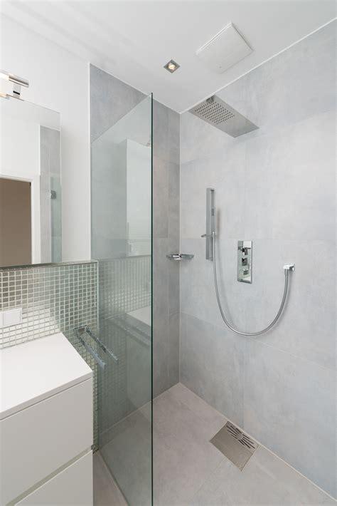Glasmosaik Fliesen Bad by Fliesen Hellgrau Und Glasmosaik Silber Betonoptik