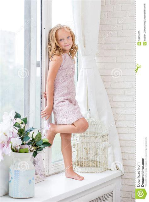 dans sa chambre fille adorable dans sa chambre image stock image