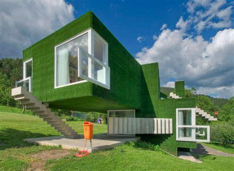 diimaaz azza rumah unik berdinding rumput  menakjubkan