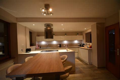 cuisine blanche sans poign馥 cuisine blanc laque plan travail bois 3 cuisine blanche sans poign233es avec plan bois et dekton blanc cuisine evtod
