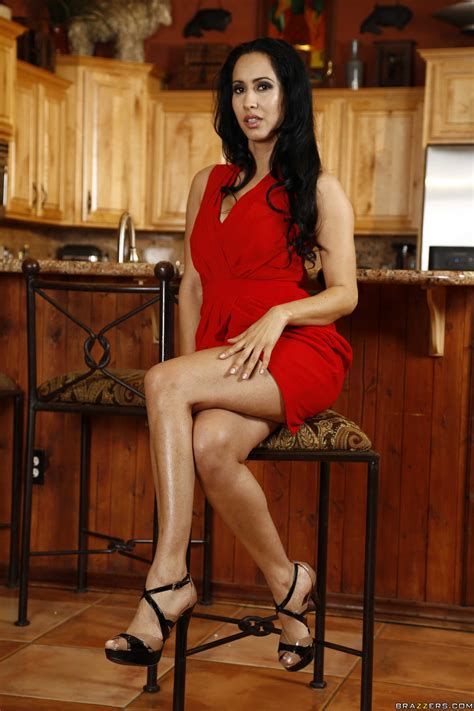 gorgeous woman in red dress needs sex photos isis love