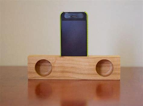 Passive wooden iPhone speaker dock