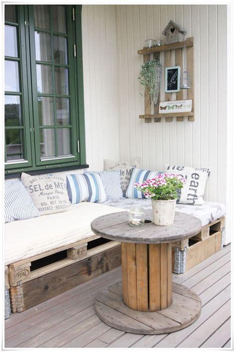 canapé palette canapés en palette et table en bobine de chantier pour un
