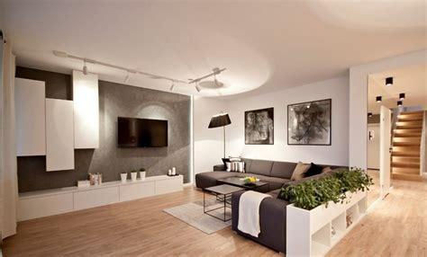 canap gris et noir écran plat mural une option élégante pour le salon moderne