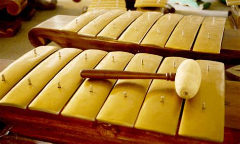 Beda dengan alat musik tiup, pada alat musik gesek tradisional, suara yang dihasilkan terjadi jika senar digesek oleh sebuah alat bantu. Alat Musik Gamelan Tradisional Provinsi Jawa Tengah - Media Pendidikan