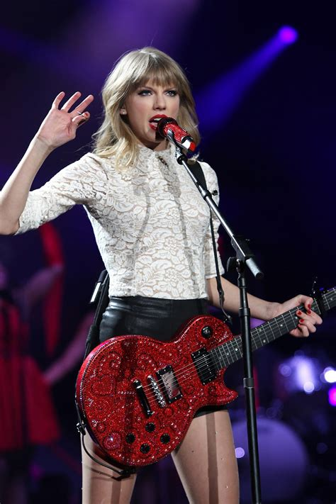Taylor Swift - On stage, in concert in Newark, NJ