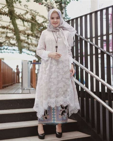 Brokat yang selalu identik dengan corak batik adalah ciri khas bangsa indonesia. 30+ Model Kebaya Brokat Modern (TERBARU, MUSLIM, ATASAN)