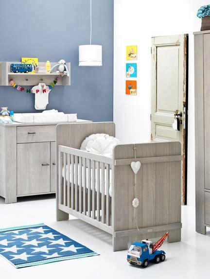 inrichting stoere babykamer jongen met houten meubels en