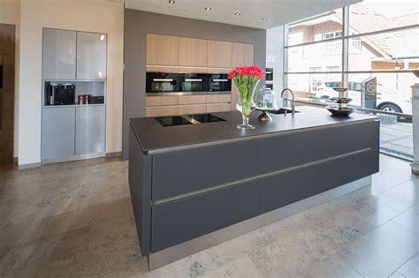 Küche Grifflos Glas Matt Lavaschwarz Mit Hochschränken In