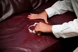 Couch Flecken Entfernen : flecken von kunstleder entfernen diese hausmittel helfen ~ Markanthonyermac.com Haus und Dekorationen