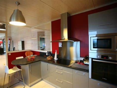 cuisine avec les restes cuisine moderne avec mur peint en et verrière