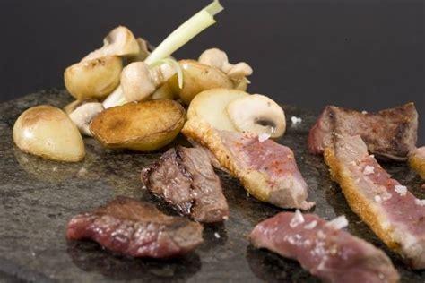 comment cuisiner la saumonette recette de plancha de viandes pommes grenailles confites