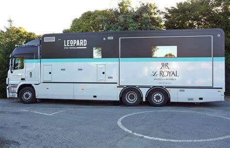camion équipé cuisine véhicule d 39 une équipe de course cycliste leopard trek corbé