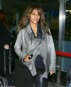 Halle Berry looks tired as she arrives home in Los Angeles on red eye flight | Daily Mail Online