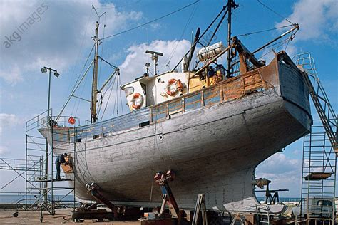 r 233 novation de la coque d un bateau de p 234 che en bois dans le port du guilvinec finist 232 re herv 233