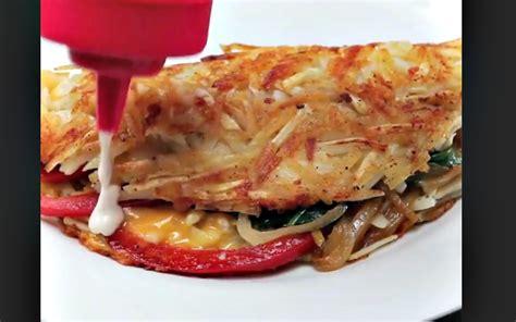 elle fait une omelette avec des pommes de terre hach 233 es et