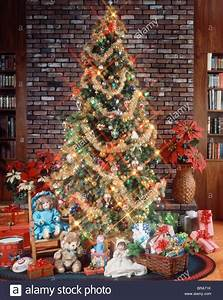 CHRISTMAS TREE WITH DECORATIONS GARLAND LIGHTS TOYS AND ...