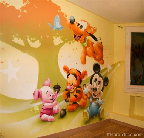 chambre de bébé disney d 233 coration personnages mickey pluto tigrou et porcinet