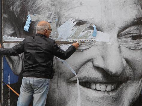 Propuesta o petición que se hace en una asamblea, congreso. ¿Qué pinta George Soros en la moción de censura a Pedro Sánchez?