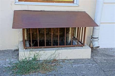 wohngemeinschaften auf alten bauernhöfen altes rostiges kellerfenster mit eisengitter stockfoto bild metall stab 99049682