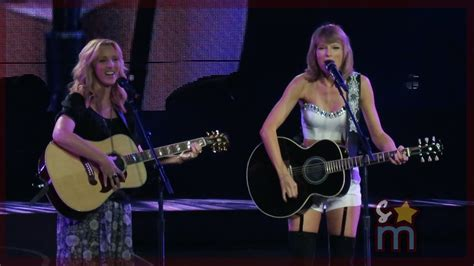 WATCH: Taylor Swift & Lisa Kudrow Sing 'Smelly Cat' From ...