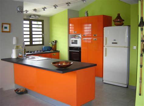 d馗o mur cuisine cuisine avec meubles oranges et murs verts jean gautier
