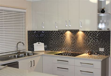 Beautiful tile kitchen splashback adds a sparkle