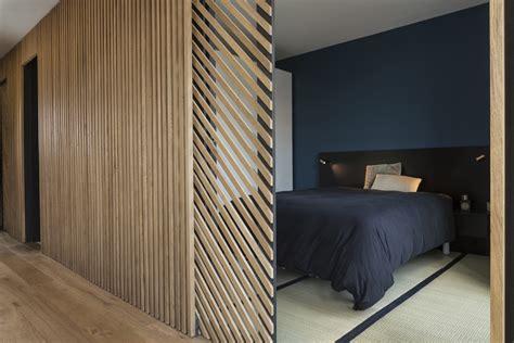bardage bois chambre mur et porte coulissante en claustra tasseaux de bois sur
