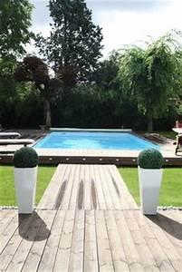 piscine avec abords en bois et jardin mineral dans bassins With deco jardin avec piscine 8 arrosage de lalbizia